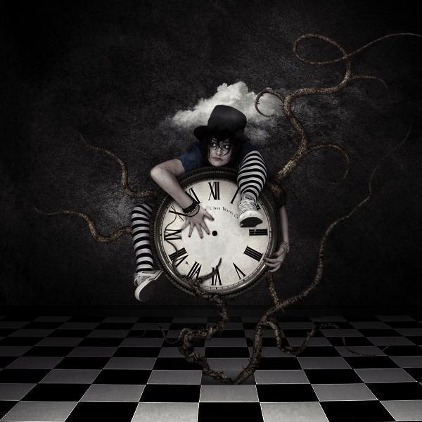 نقاشی خلاق گرافیک فتوشاپ اثر هنری زن ساعت شطرنجی